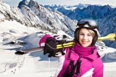 肩膀扛着滑雪板的美女图片