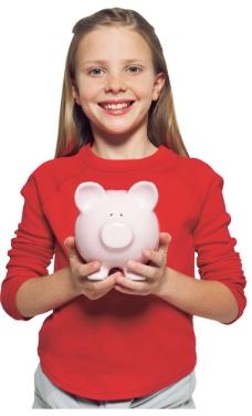 双手捧着猪钱猪的女孩图片