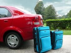 野外的红色小车和旅游箱图片