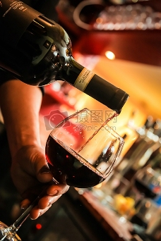 高脚杯中的红酒