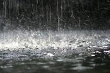 下雨天地面的水花图片