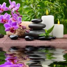 按摩石和紫色花朵蜡烛图片