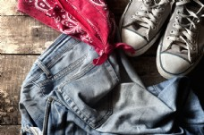 牛仔裤与帆布鞋图片