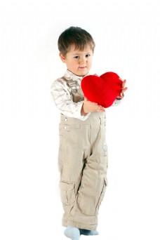 捧爱心的小男孩图片