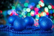蓝色圣诞球与光斑图片