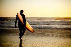 海滩上的冲浪运动员图片