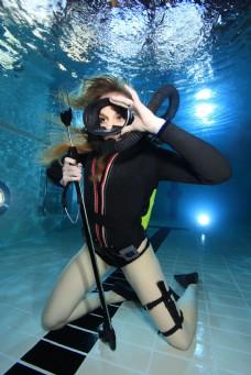 海底跪着的潜水员图片