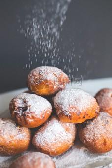 甜甜圈上落粉糖