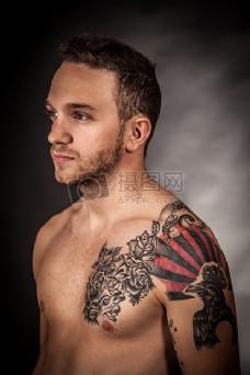 男子用玫瑰和鸟手画纹身
