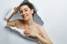 美容模特美女与纸张破洞图片