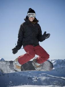飞跃而起的滑雪人图片