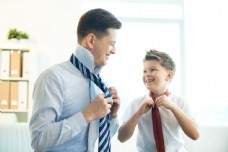 打领带的父子图片