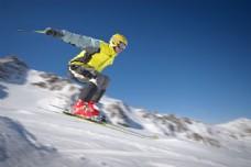 山间滑雪的极限运动员图片