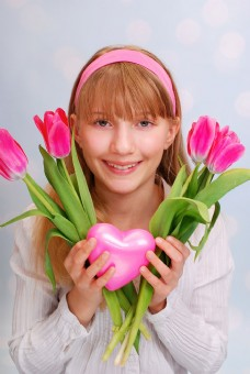 拿着郁金香花的外国美女图片