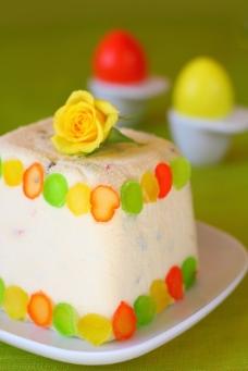 蛋糕上的鲜花图片