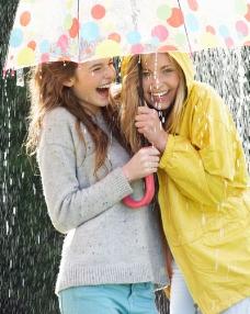 雨中打伞的闺蜜图片