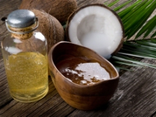 天然椰子与核桃油图片
