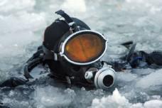 冰下潜水图片