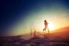沙滩跑步的美女图片