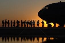 夕阳下的军队