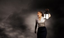 提着灯的商务女士图片