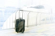 火车旁的行李箱图片
