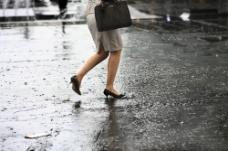在雨天奔跑的白领图片