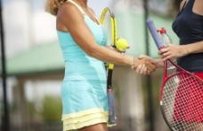 握手的网球运动员图片