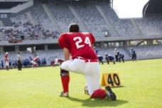 体育场上的橄榄球运动员图片