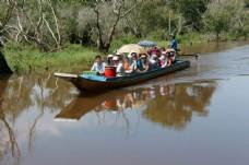坐船旅游的青年男女图片