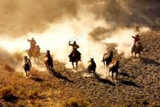 骑马的西部牛仔图片