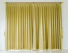 墙边的窗帘图片