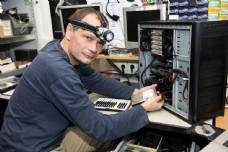 修理电脑的男人图片