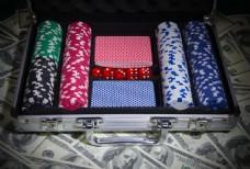 铁箱里的赌具图片