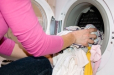 正在准备用洗衣机洗衣服图片