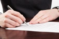 正在签名的商务人图片