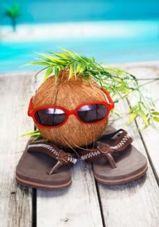 拖鞋上的椰果图片