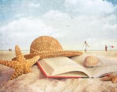 沙滩上的海星与书本图片