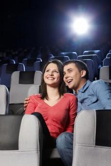 电影院里看电影的外国情侣图片