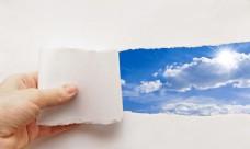 类手中的蓝天白云图片
