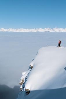 雪山上的登山运动员图片
