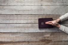 木板上的圣经图片