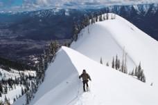 登山蓝雪的运动员图片