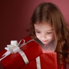 打开礼物的女孩图片