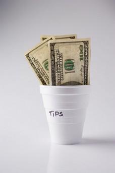 杯子装着的外国货币钞票图片