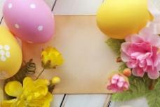 复活节彩蛋与鲜花纸张背景图片