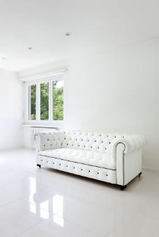 墙角的白色沙发图片