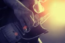 弹吉他的人物特写图片