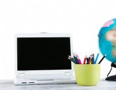 笔记本电脑与彩色铅笔图片