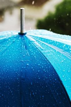 雨中的蓝色伞图片
